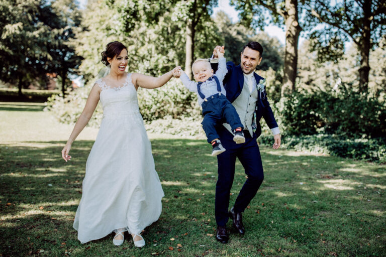 Glückliche Familie beim Hochzeitsshooting nach der Hochzeit